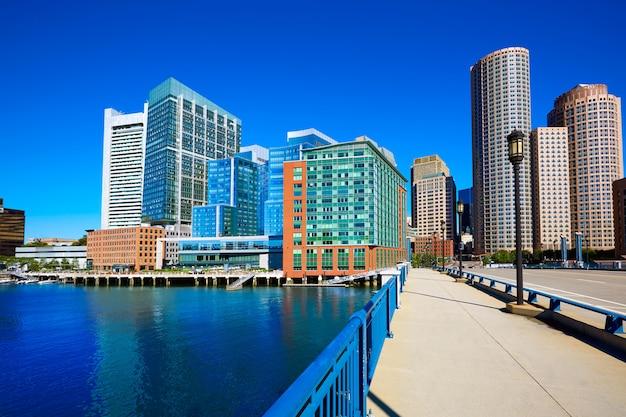 Skyline de boston da ponte do boulevard do porto
