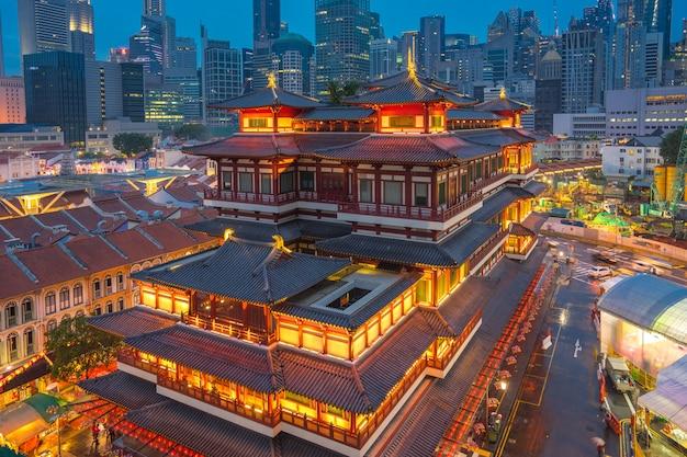 Skyline de cidade de singapura à noite na cidade de china de singapura