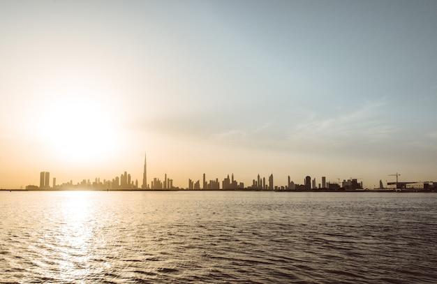 Skyline de dubai ao pôr do sol