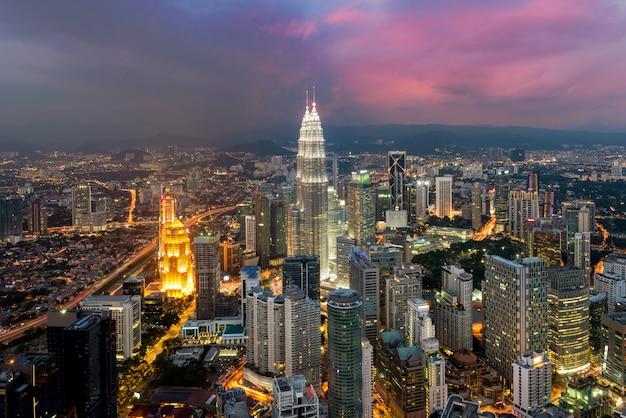 Skyline de kuala lumpur na noite, malásia, kuala lumpur é capital da malásia