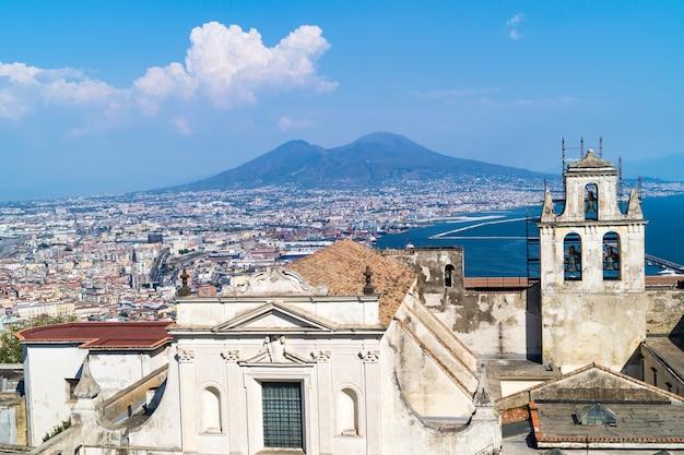 Skyline de nápoles de castel sant'elmo, itália
