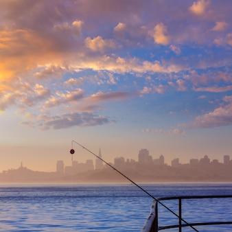Skyline de nevoeiro de são francisco com vara de pescar na névoa califórnia