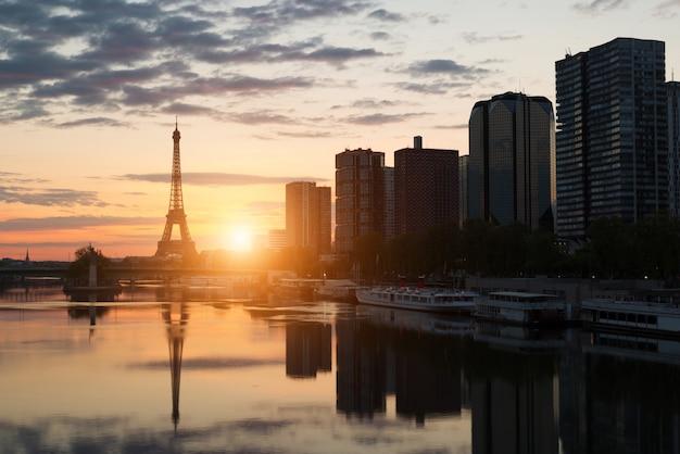 Skyline de paris com torre eiffel e seine river em paris, frança.
