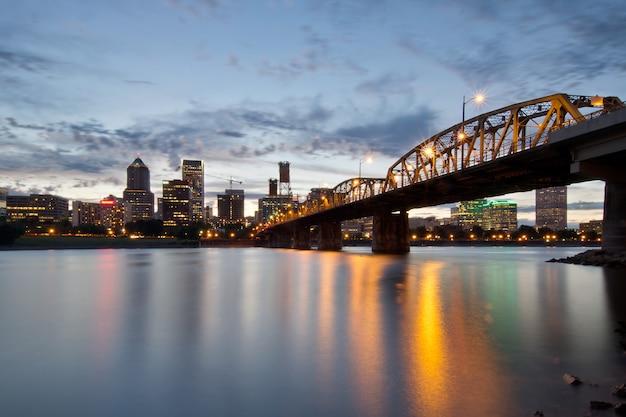 Skyline de portland e ponte hawthorne ao pôr do sol