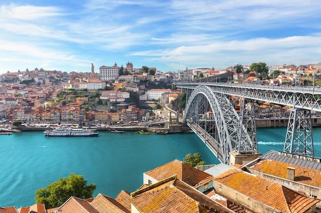 Skyline de porto de vinho oldtown porto com rio douro no verão, portugal