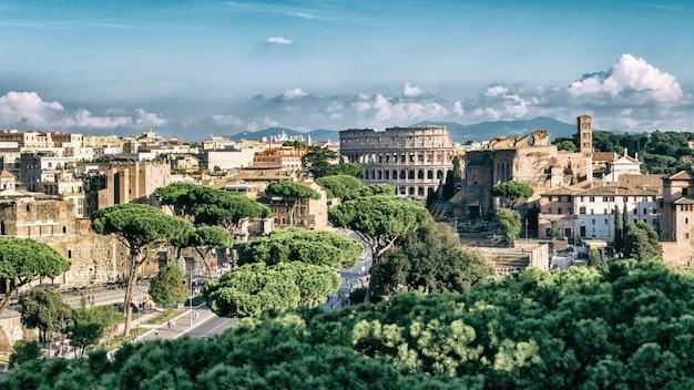 Skyline de roma com o coliseu e o fórum romano, itália