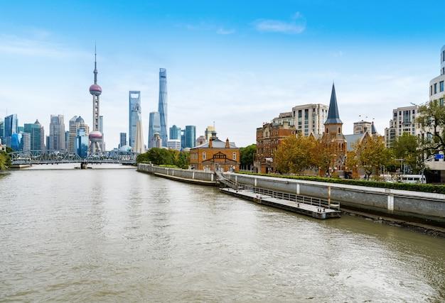 Skyline de shanghai com a histórica ponte waibaidu, china