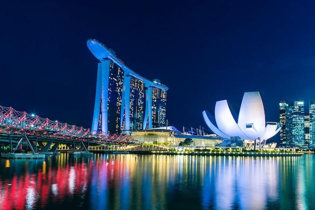 Skyline de singapura, baía de singapura marina ao entardecer, singapura
