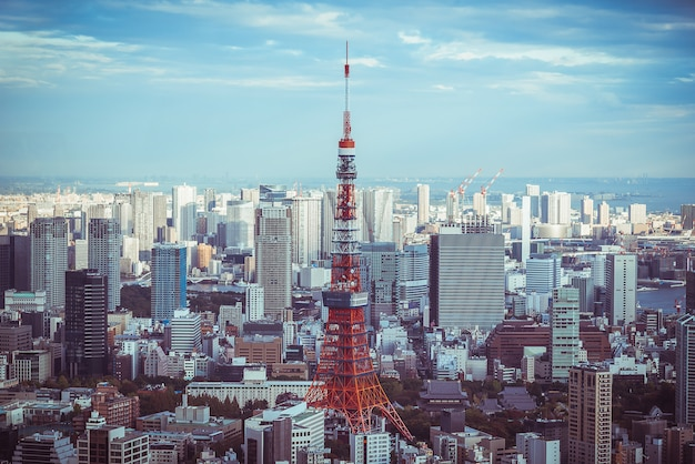 Skyline de tokyo e vista dos arranha-céus na plataforma de observação no dia em japão.