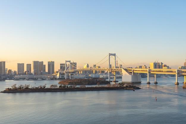 Skyline de tóquio com vista da ponte do arco-íris