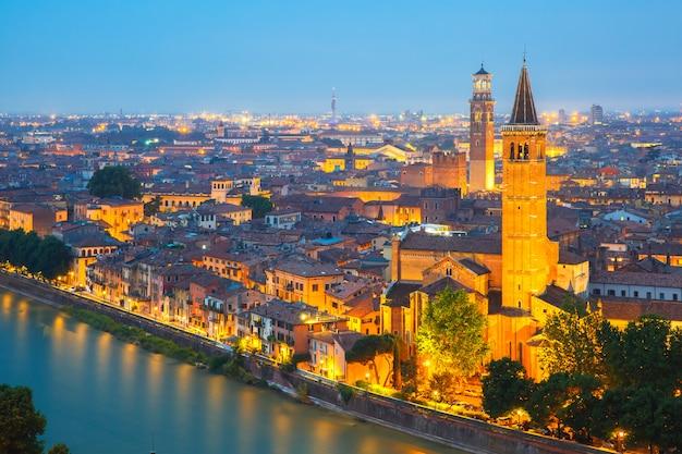 Skyline de verona à noite, itália Foto Premium
