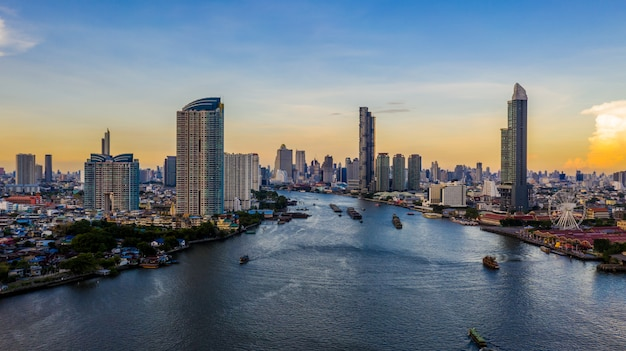 Skyline e arranha-céus da cidade de banguecoque com construção do negócio em banguecoque do centro, chao phraya river, banguecoque, tailândia.