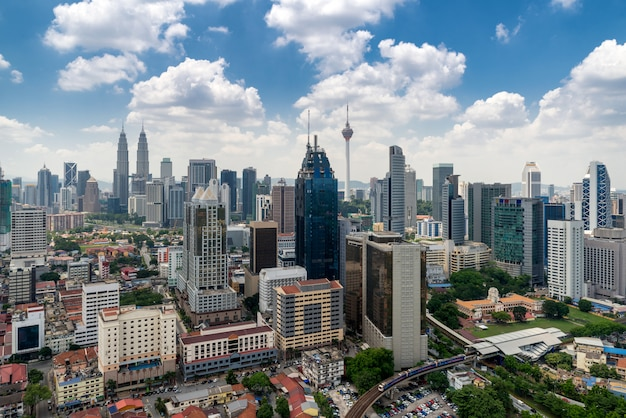 Skyline e arranha-céus da cidade de kuala lumpur em kuala lumpur, malásia