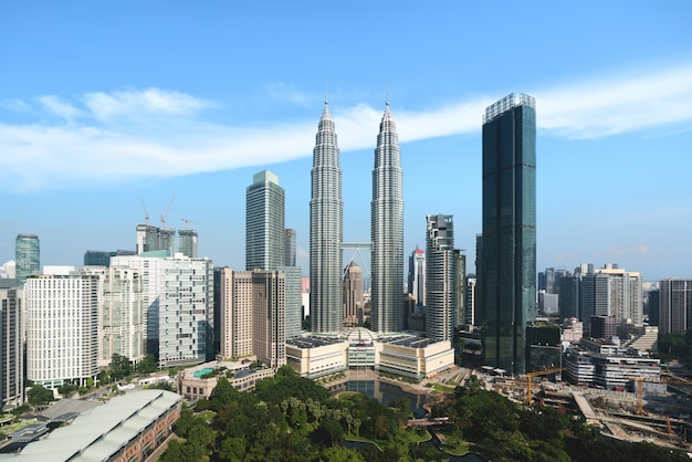 Skyline e arranha-céus da cidade de kuala lumpur que constroem no distrito financeiro do centro em kuala lumpur, malásia. ásia.