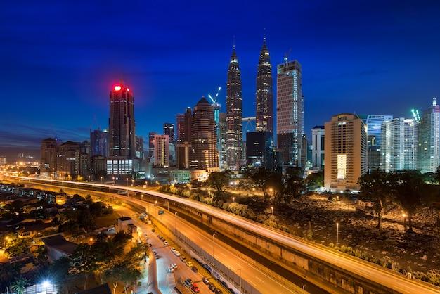 Skyline e arranha-céus de kuala lumpur na noite em kuala lumpur, malásia.