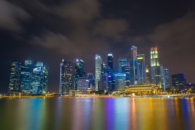 Skyline financeira do distrito de singapura no nighttime.