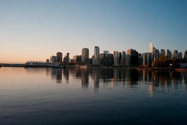Skyline no crepúsculo em vancouver, colúmbia britânica, canadá