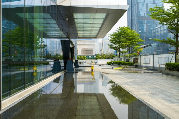 Skyline panorâmica e edifícios com piso quadrado de concreto vazio em shenzhen, china