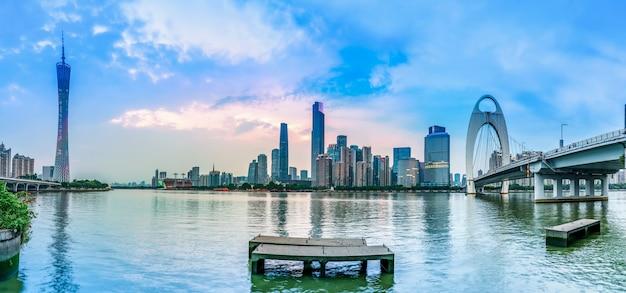 Skyline urbana e paisagem noturna arquitetônica