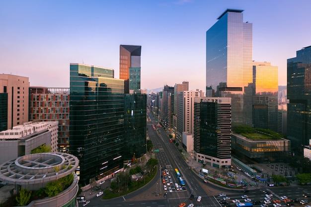 Skyling da cidade de seoul e arranha-céus e tráfego na interseção em gangnam, coreia do sul.