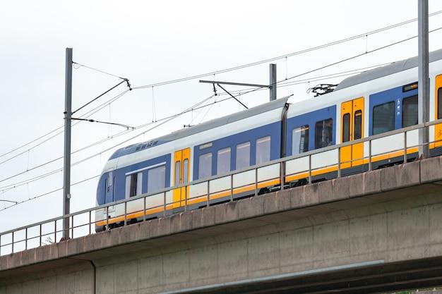 Skytrain na cidade de amsterdam. trem de passageiros na holanda.