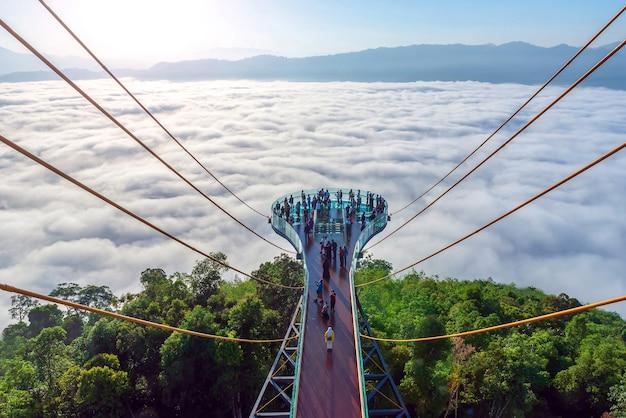 Skywalk na província de yala, sul da tailândia toda a via láctea bela névoa matinal, adequada para viajar.