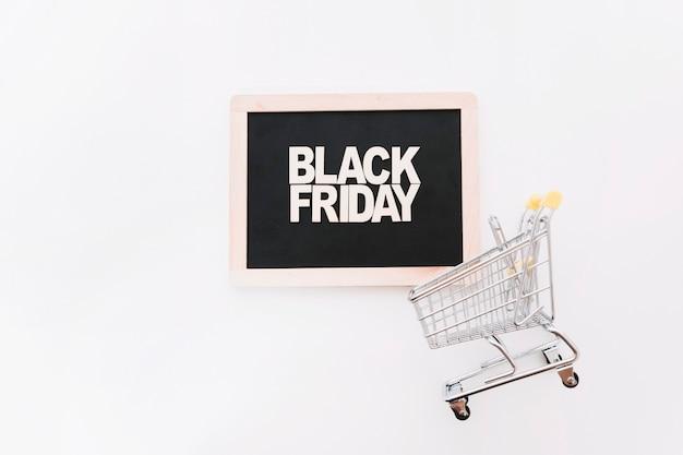 Slate com letras e carrinho de sexta-feira negra
