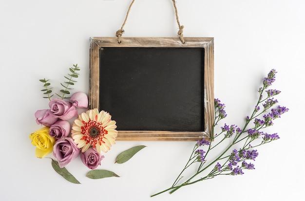 Slate com variedade de flores