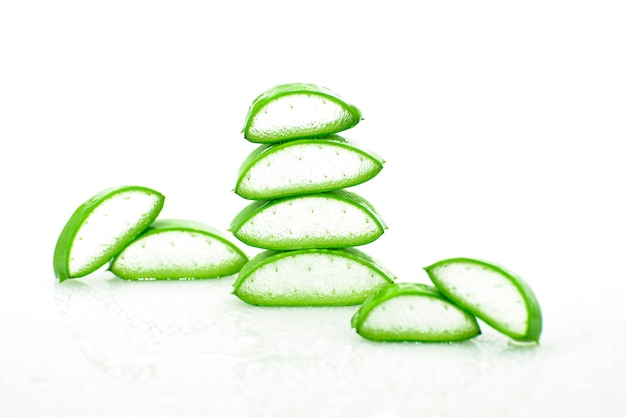 Slice aloe vera medicina herbal útil para cuidados com a pele e cabelos.
