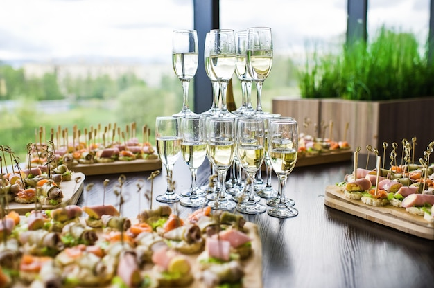 Slide de champanhe na mesa do buffet no restaurante