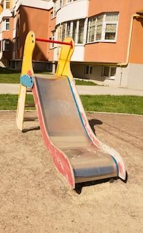 Slide infantil em um parquinho perto do prédio residencial