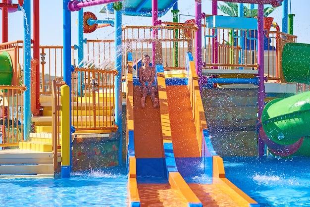 Slides coloridos no parque aquático
