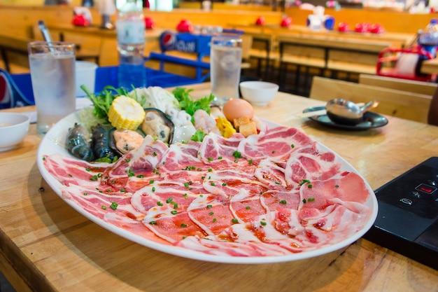 Slides de carne de porco shabu, estilo shabu cozinhar no restaurante