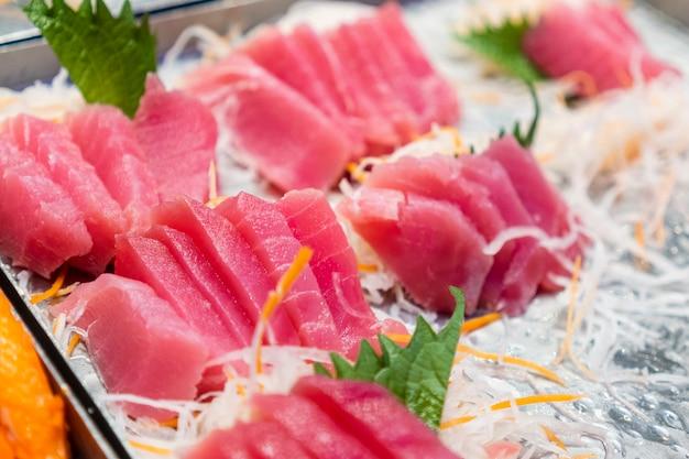 Slides de peixe colocados em bandejas, restaurantes japoneses