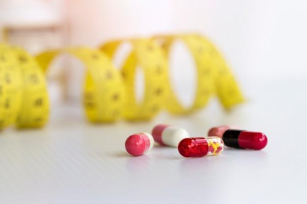 Slim com pílulas, perigoso para a saúde. pílulas e fita métrica