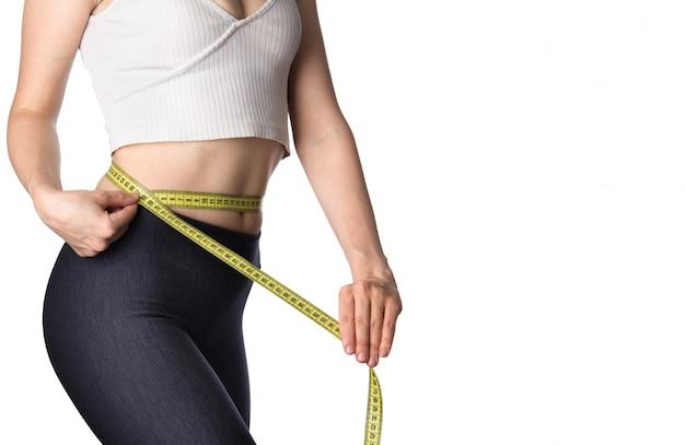 Slim mulher medindo a cintura dela