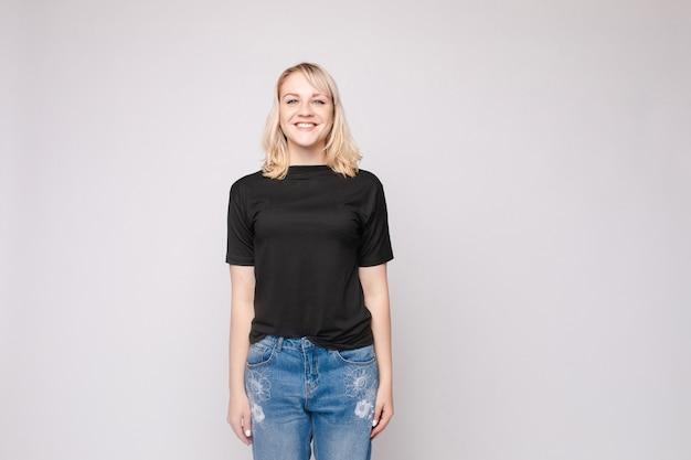 Slim mulher vestindo camisa e calça jeans permanente