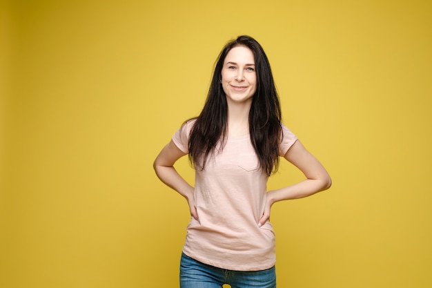 Slim mulher vestindo jeans e camisa bege permanente