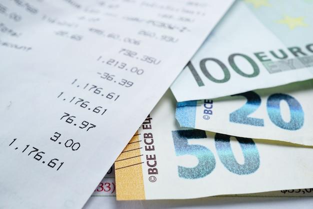 Slip de venda e notas de euro: conta bancária, analítica de investimento.