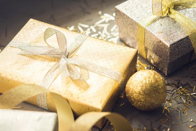 Sliver e ouro shimmer caixas de presente de natal na mesa de madeira