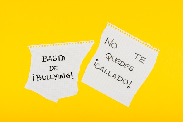 Slogans espanhóis contra o bullying no papel da escola