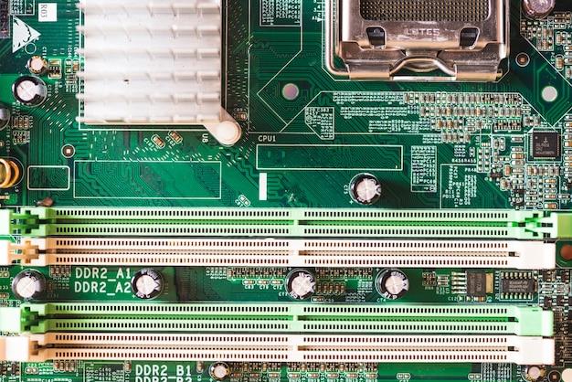 Slot de conector ram e dissipador de calor na placa-mãe do computador moderno pc