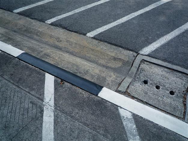 Slots vagos para motos e bicicletas no estacionamento
