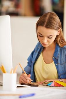 Smart menina trabalhando em seu projeto