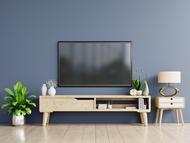 Smart tv na parede azul escura da sala de estar