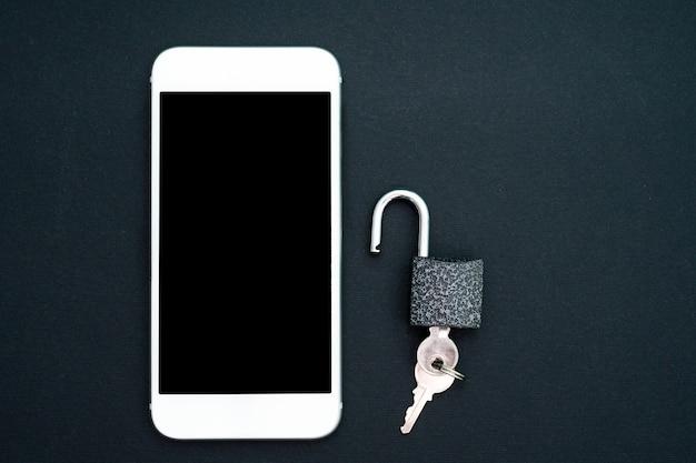 Smartphone branco e cadeado no preto