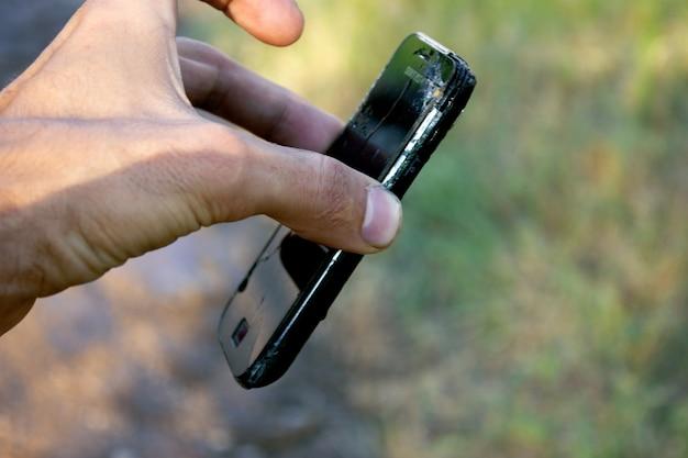 Smartphone caiu das mãos na rua