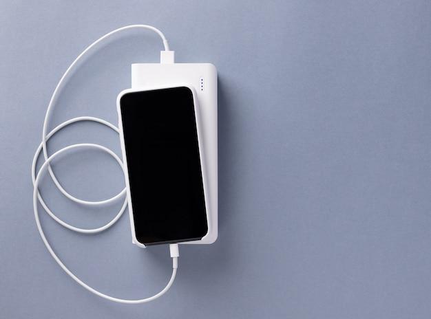 Smartphone carregado através de um cabo usb do carregador do banco power