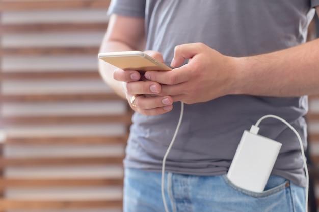 Smartphone carregando com banco de potência