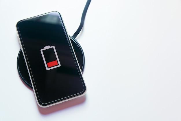 Smartphone carregando em um carregador sem fio